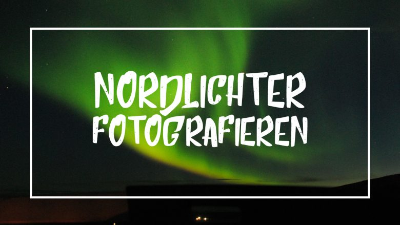 """Weiße Schrift auf Bild von Nordlichtern: """"Nordlichter fotogafieren"""""""